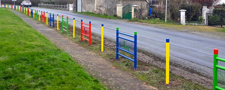 Pose de barrières colorées devant une école primaire.