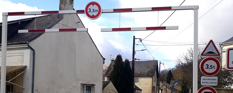 Pose d'un portique à Cinq Mars la Pile pour limiter le passage de véhicules trop imposants dans cette petite rue.
