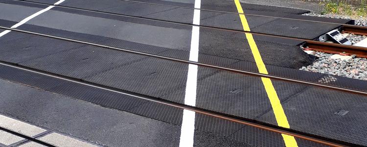 Marquage SNCF pour le passage à niveau de la ville de Mettray.