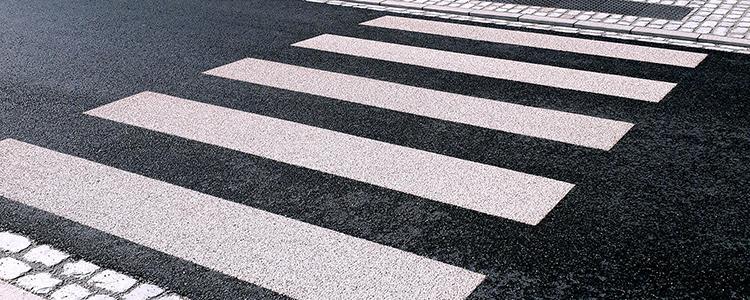 Pose de passages piétons en agrégats dans le centre de Parçay-Meslay.