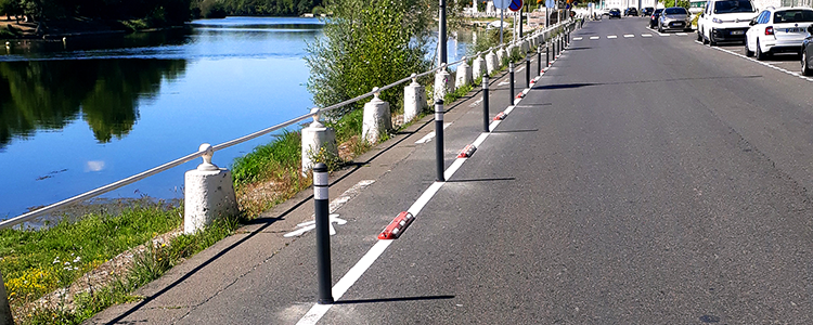 Installation de potelets type Pole Cône City et de séparateurs le long des quais du Cher à Montrichard.
