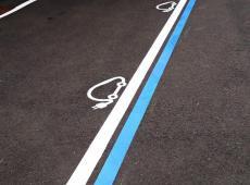 Réalisation du marquage au sol des places de parking réservées au voitures électriques chez BMW.