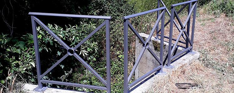 Installation de potelets et barrières dans la ville d'Avoine et de barrière type Province dans la ville de Monts.