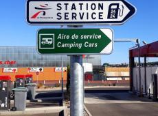 Pose de panneaux sur le parking du Intermarché de Pocé-sur-Cisse.