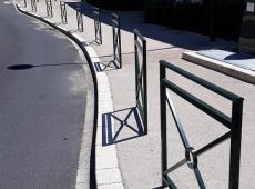 Barrières et potelets installés par nos équipes devant la Résidence du Parc à Saint Cyr sur Loire.